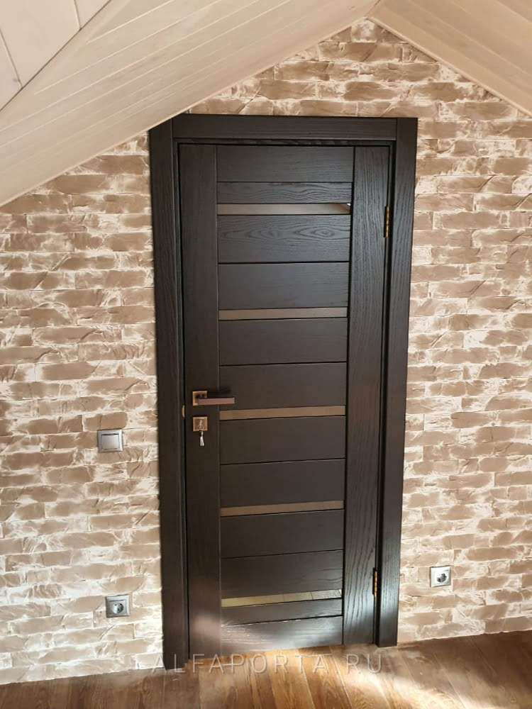 Установленная дверь на мансарде