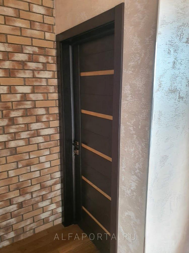 Установленная межкомнатная дверь с доборами