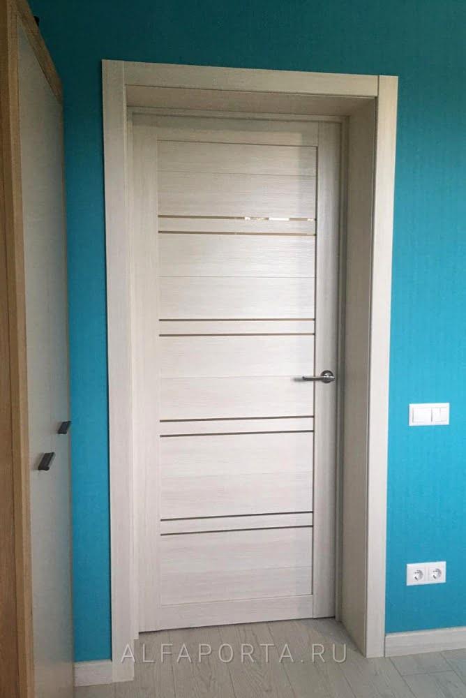 Установленная распашная дверь в комнату